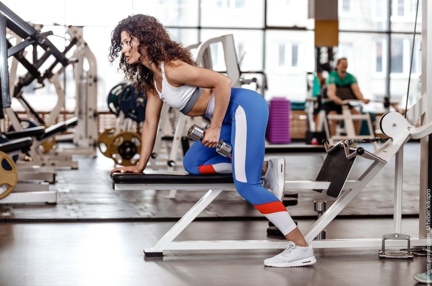 Frau hat sich im Fitnessstudio angemeldet und trainiert.